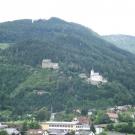 Ruiny zamku Frauenburg i kościół na wzgórzu w Unzmarkt